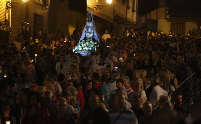 La procesión de la Virgen del Otero ilumina Pola de Laviana