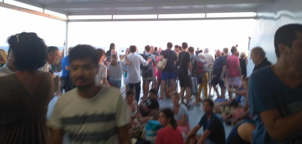 Tres policías auxilian a una joven que se ahogaba en un ferry Denia-Mallorca