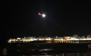 Intensa búsqueda en Poniente para localizar a una persona que entró al mar tras los Fuegos
