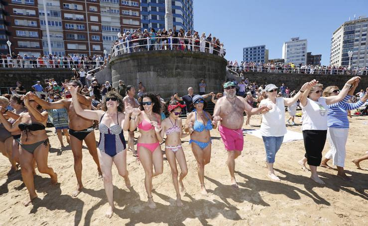 Danza Prima y Restallón para despedir las fiestas de Begoña en Gijón