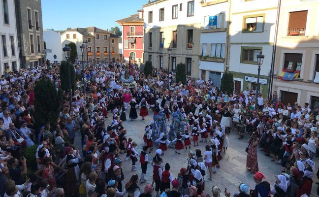 Cientos de personas desbordan Navia en honor a la Virgen de la Barca