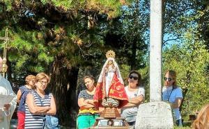 Cientos de devotos en Salas llevan a la Virgen del Viso a su santurario
