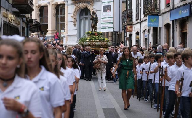 Un Llanes colapsado anuncia el día grande de San Roque
