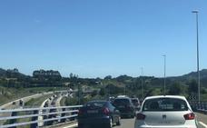Atascos kilométricos en la autovía del Cantábrico por la afluencia a las playas