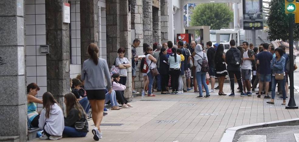 Quince horas de cola por los libros de texto en Gijón
