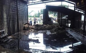 Extinguen un incendio en una nave agrícola en Valdés