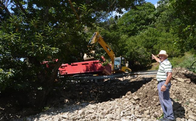 Los afectados por los argayos en Degaña piden la limpieza de sus fincas