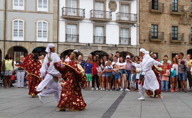 Danzas internacionales colorean las calles