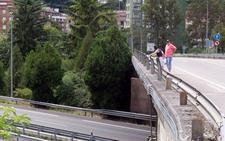 Una lenense de 71 años fallece tras precipitarse desde un puente a la A-66