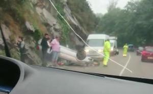 Una mujer herida al volcar con su coche en Cangas de Onís
