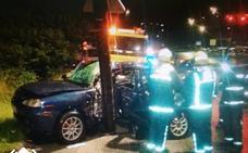 Herido un conductor tras ser embestido por otro coche e impactar contra una farola a la entrada de Avilés