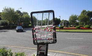 Un conductor ebrio choca contra un mupi y un árbol en Oviedo