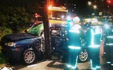 Queda atrapado en su coche tras chocar contra una farola en el Puente Azud