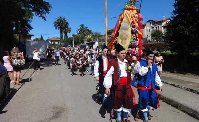 El ramo de Pendueles, del palacio de los condes a la iglesia en procesión