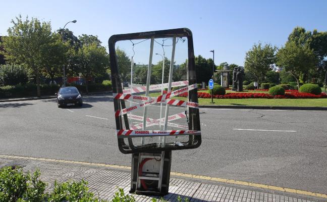 Un conductor ebrio choca contra un mupi y un árbol en la calle Ángel Cañedo