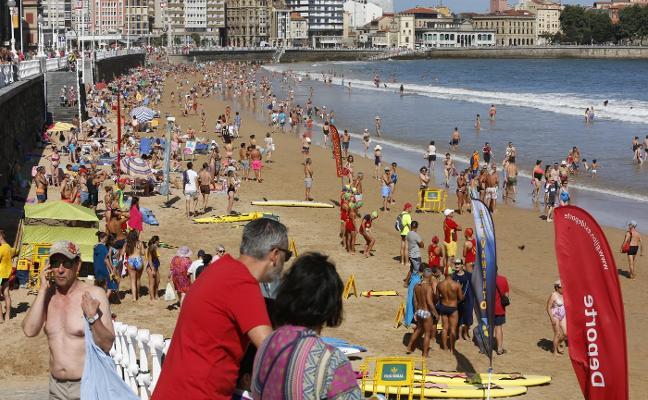 Día de playa en un verano intermitente