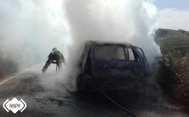Arde un turismo en la carretera canguesa de Trones