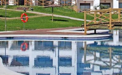 Expulsada de una piscina por llevar un bañador 'de pata'