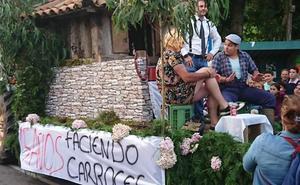 Un 'First Dates' a la asturiana gana el desfile de carrozas en Fresnéu