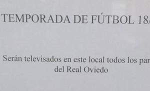 El curioso cartel de un bar oviedista para anunciar los partidos de fútbol que emitirá esta temporada