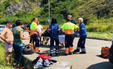 Herida una mujer al accidentarse con su moto en una curva de la carretera del Faro de Avilés