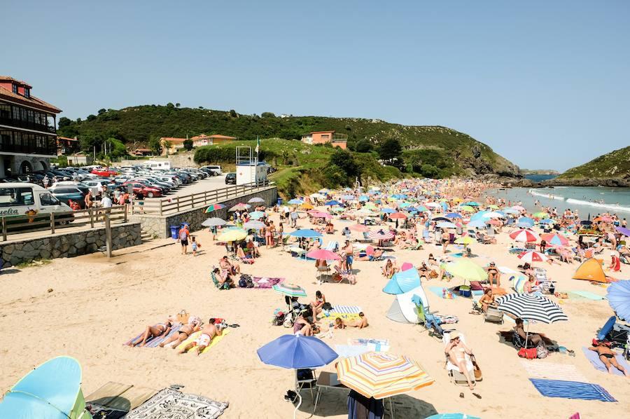 El sol llena las playas... y los aparcamientos