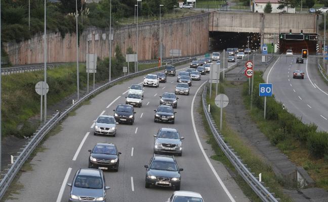 La masiva asistencia a las playas provoca atascos en la autovía del Cantábrico