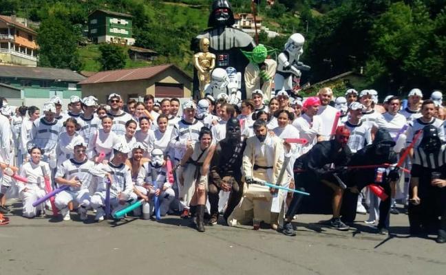 La carroza de Star Wars gana el Descenso Folclórico del Nalón