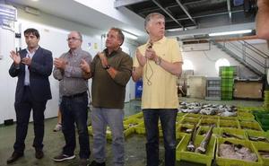 La Guardia Civil inspecciona el barco del edil asesinado en Llanes, mientras vecinos y pescadores le recuerdan