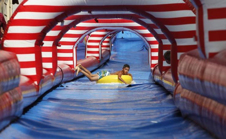 Laviana se refresca en su tobogán acuático gigante