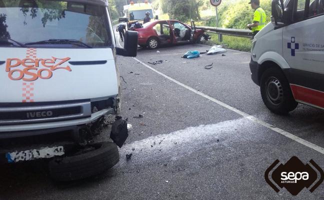 Un herido en una colisión entre un coche y una grúa en la carretera que une Soto y Pravia