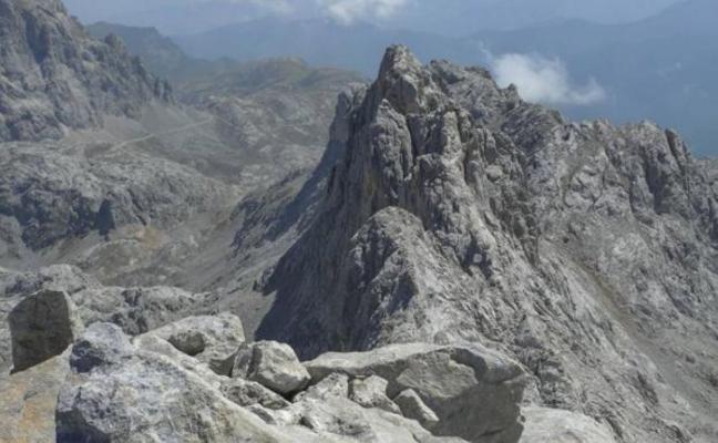 Herido muy grave un montañero tras caer más de setenta metros en los Picos