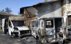 Un incendio calcina dos furgonetas en Ribadesella
