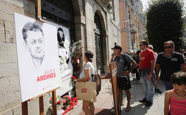 Llanes rinde homenaje al concejal Javier Ardines