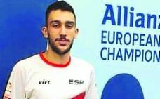 Sergio Vaquero acaricia la medalla en el europeo
