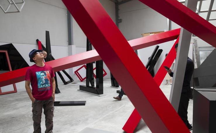 Un grupo de escultores chinos visita el taller de Hermino Álvarez