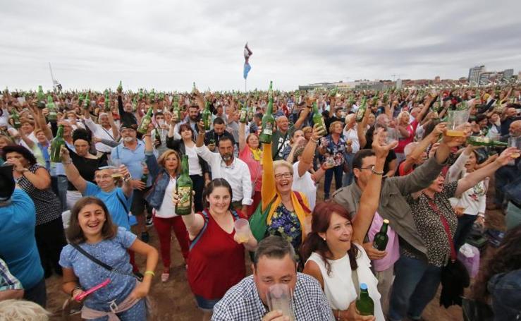 Gijón supera su récord de escanciado simultáneo