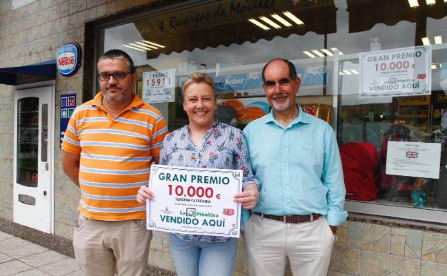 Kiosco María reparte 10.000 euros a una peña de Cancienes