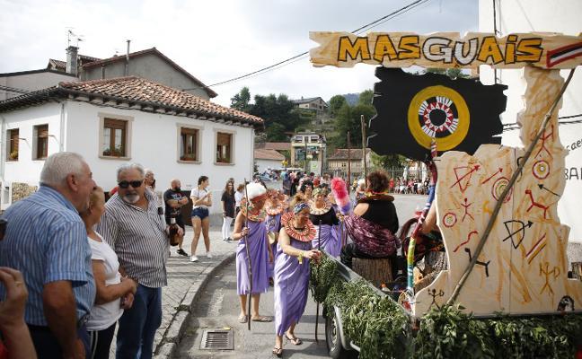 Las carrozas desfilan por Rioseco