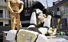 Destrozan la carroza ganadora del Descenso Folklórico del Nalón