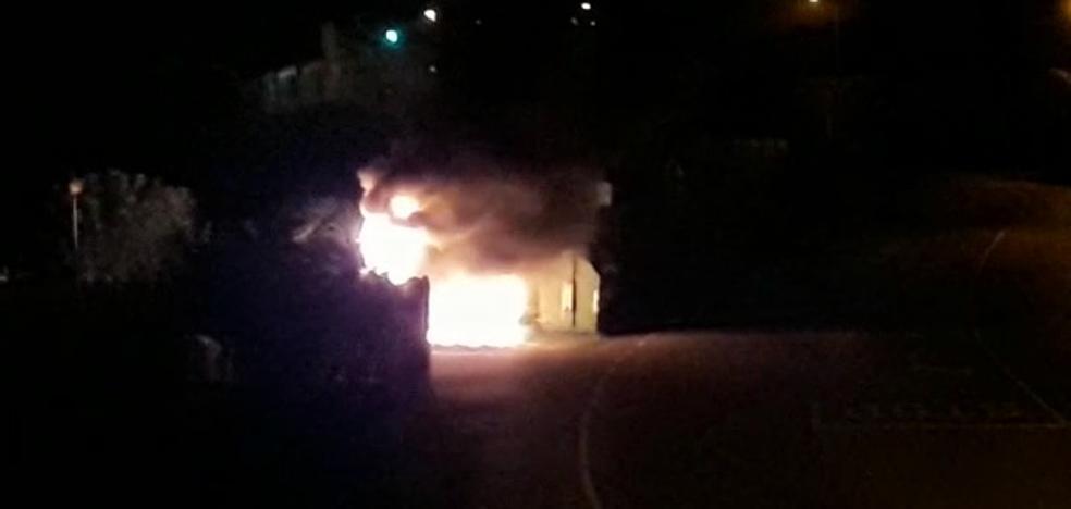 Investigan la quema de contenedores en La Camocha, Vega y Llantones