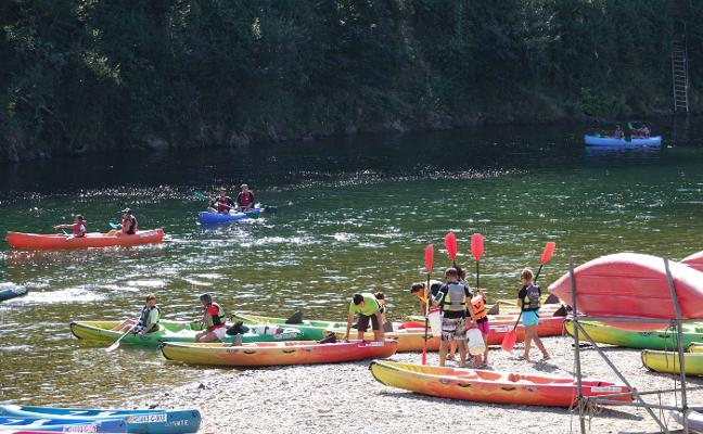 Las canoas del Sella atraen a «350.000 turistas y generan 350 empleos»