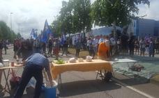 Un grupo de trabajadores de Vauste corta el tráfico en la avenida de Oviedo