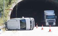 Tres vehículos colisionan en la A-8 en Muros de Nalón