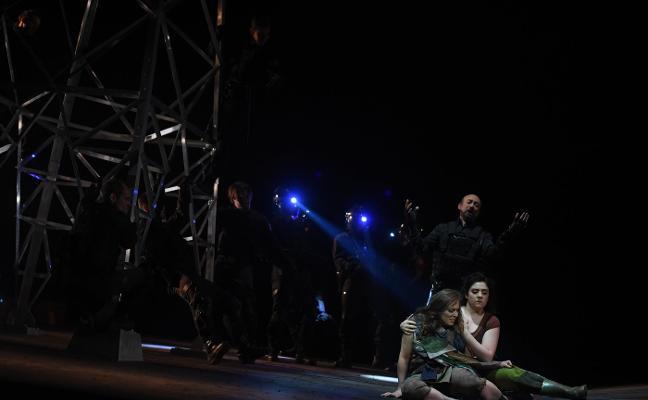 'Fuenteovejuna' levanta el telón de la ópera