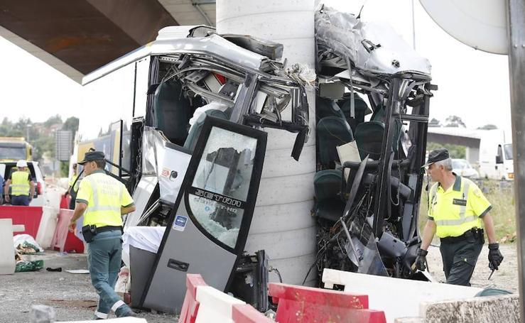 Varios fallecidos en el choque de un autobús de viajeros en Avilés