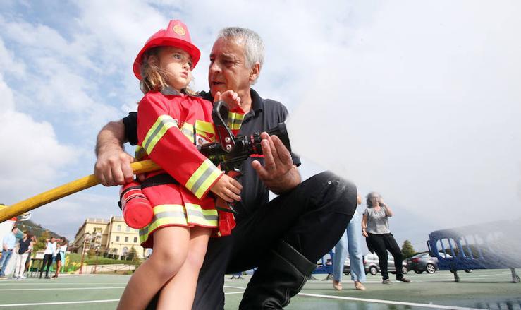 Los bomberos visitan el Centro Asturiano de Oviedo