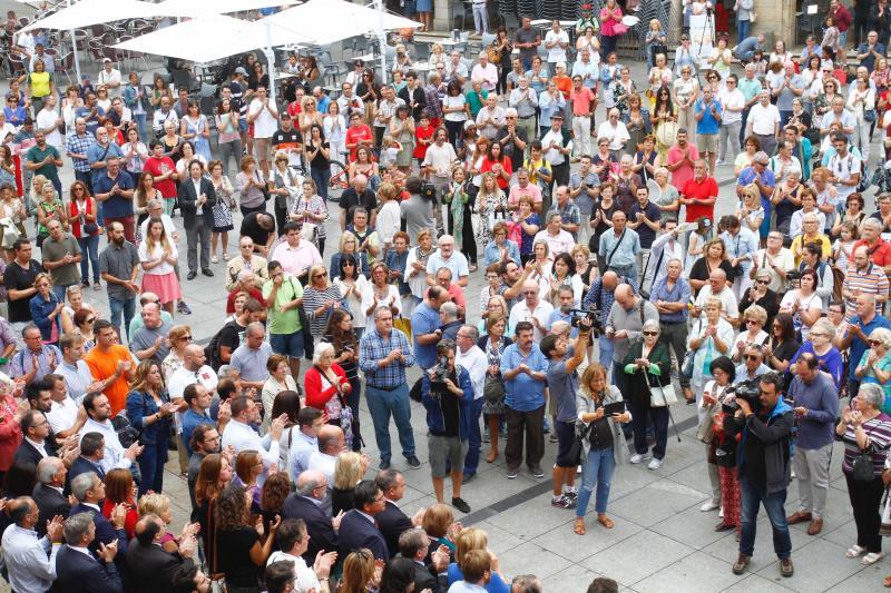 Multitudinaria concentración en Avilés tras el trágico accidente de autobús