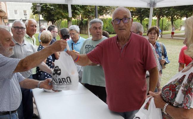 Teatinos despide sus fiestas con el reparto del bollo