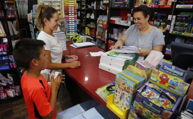Un centenar de familias quedan en lista de espera para las ayudas a libros
